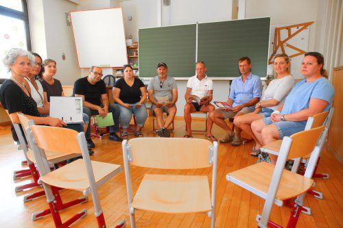Im Juli versammelten sich mehrere Eltern an der Volksschule Hohenweiler, um ihre Sorgen kundzutun. VN/Hofmeister