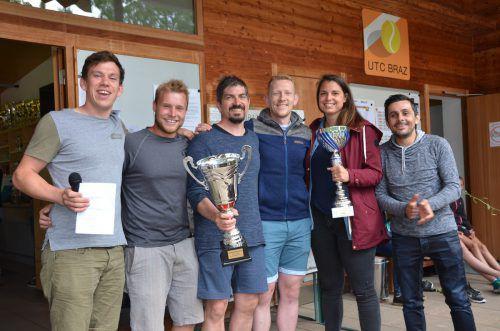 """Erfreut nahmen die Spieler der Mannschaft """"Stiernackenkoando"""" den Siegerpokal entgegen.Foto: dob"""