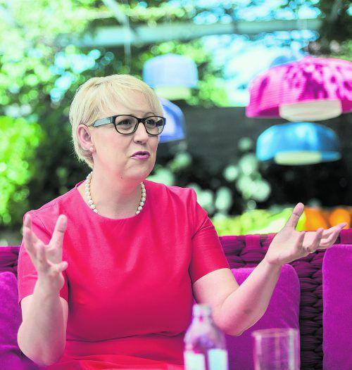 """""""Es gibt ein türkises Schleifchen um ein schwarzes Paket"""": Sabine Scheffknecht im VN-Sommergespräch.Fotos: VN/Steurer"""