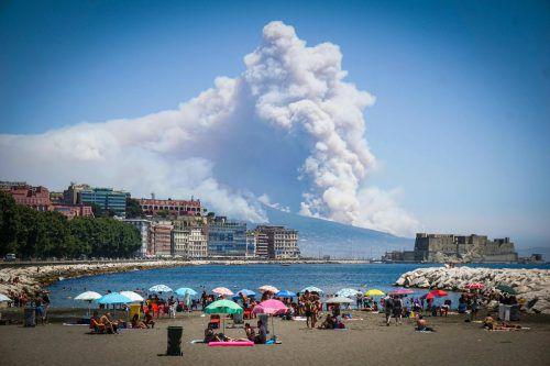 Es wird vermutet, dass mafiöse Organisationen die Hänge des Vesuvs in Brand gesteckt haben.Foto: AP
