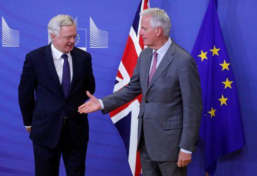 EU-Chefverhandler Barnier (rechts) begrüßt Brexit-Minister Davis in Brüssel. Foto: reuters