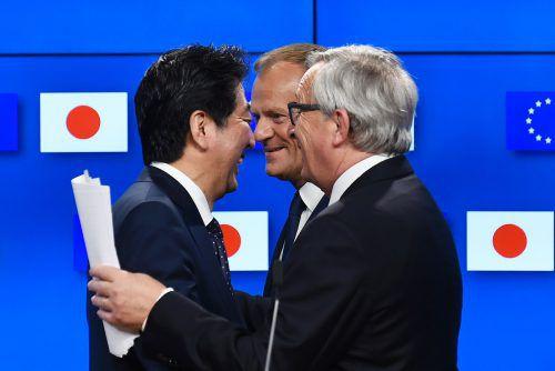 EU und Japan rücken zusammen: Abe, Tusk und Juncker (v.l.).