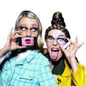 Das Kabarett Sister App von Hutzenlaub & Stäubli findet am Samstag am Marktplatz Rankweil statt, 21 Uhr