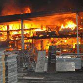 Industriehalle im Fürstentum in Brand