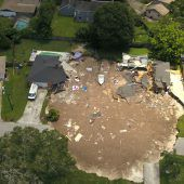 Ein Erdloch verschlingt zwei Häuser
