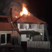 Feuer auf dem Dach eines Wohnhauses