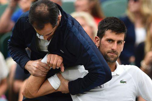 Gleich mehrmals musste sich Novak Djokovic in Wimbledon vom Physiotherpeuten behandeln lassen.Foto: AFP