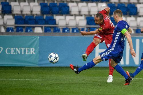 Hannes Aigner (in Rot) in Aktion, auch Tschichura-Kapitän Shota Kashia kann den Altacher nicht am Schuss hindern.Foto: gepa