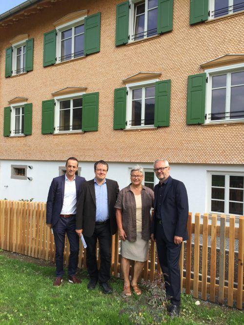 Hans-Peter Lorenz mit Tobias Bischofberger, Obfrau des Sozialzentrums Elisabeth Wicke und Gerhard Steurer vor dem Wälderhaus. Foto: VN