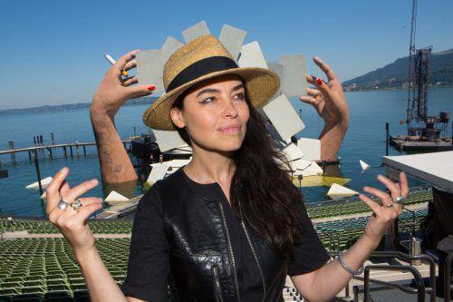 """Hat die Hände in der Tat im Spiel: """"Carmen""""-Bühnenbildnerin Es Devlin vor ihrer Seebühne. Foto: VN/Hartinger"""