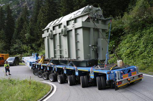 Höchste Anspannung beim Transportteam: Der 160-Tonnen-Trafo auf derSilvretta-Hochalpenstraße.  Foto:IVkw