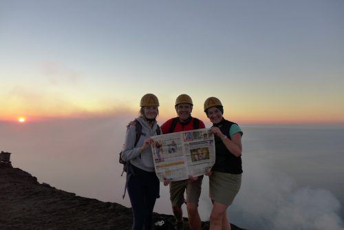 Horst, Christine und Anja-Maria Schaflinger haben den Stromboli mit den VN im Rucksack bestiegen.