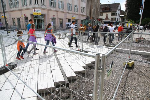 Im Zickzack durch die Innenstadt: Die Verlegearbeiten in der Fußgängerzone dauern noch an.Foto: VN/Hofmeister