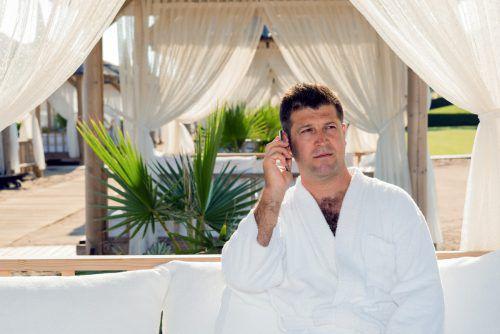Immer mehr Arbeitnehmer und vor allem Männer in Führungspositionen und Selbstständige sind im Urlaub telefonisch erreichbar.