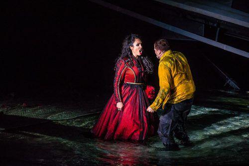 In Bregenz erfährt Carmen ein ortsspezifisches Ende. Wobei die Regie den Effekt nicht verschenkt. Fotos: VN/Steurer