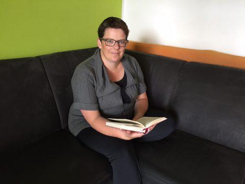 In ruhigeren Stunden zieht sich Katharina Marte gerne mit einem interessanten Buch auf die Couch zurück. Foto:vn/mm