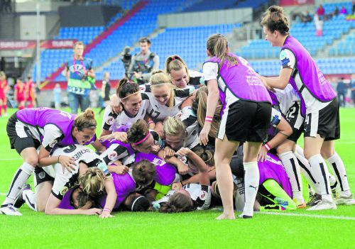 Jubel, Trubel, Heiterkeit: Österreichs Damen haben nach einem Sieg im Elfmeterschießen das Halbfinale bei der Fußball-EM erreicht.Foto: apa