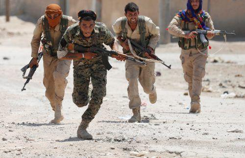 Kämpfer der YPG rücken weiter in die von den Extremisten gehaltene Stadt im Norden Syriens vor. Foto: reuters