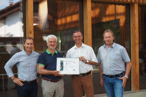Karl Dörler (l.) übergab das Zertifikat an Bgm. Dieter Lauermann.