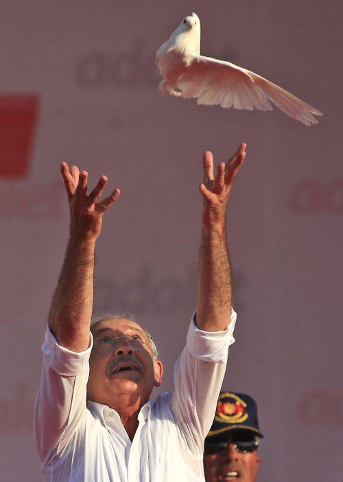 Kilicdaroglu lässt symbolträchtig Freiheitstauben fliegen. Foto: AP