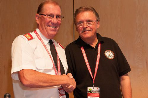 Landesfeuerwehrinspektor Hubert Vetter (li.) mit CTIF-Präsident Tore Eriksson. Foto: Landesfeuerwehrverband