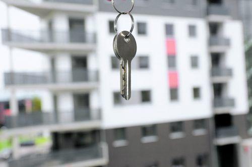 Manche Hausordnungen verlangen das Versperren des Wohnanlageneinganges. Foto: Shutterstock