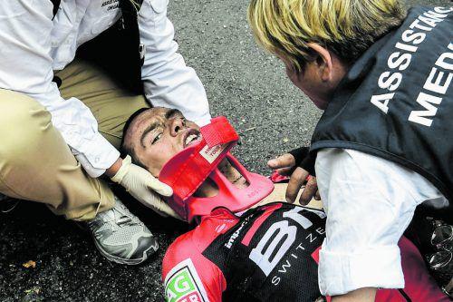 Nach dem Horrorsturz wird Richie Porte von den medizinischen Helfern erstversorgt.Foto: apa