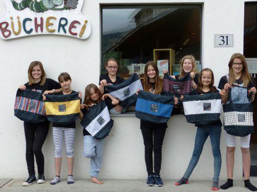 Neben der Freude über die indivieduellen Stofftaschen durften sich die Jugendlichen der Walserbibliothek auch über den zweiten Platz beim Klimaschutzpreis Junior 2017 freuen. Foto: Walserbibliothek