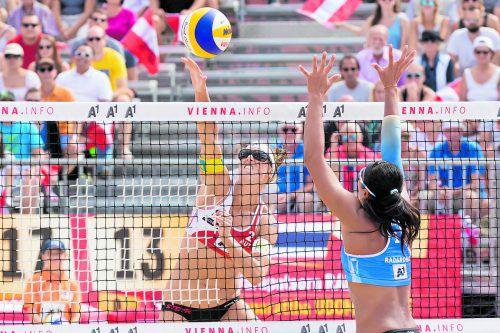 Netzduell bei der Beachvolleyball-WM in Wien: Stefanie Schwaiger bringt den Ball an Varapatsorn Radarong vorbei.Foto: apa