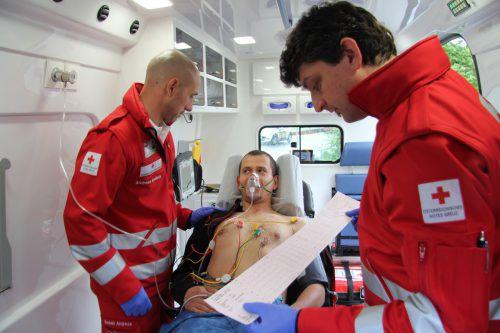 Patienten, die Unterstützung benötigen, werden vom Roten Kreuz mit einem geschulten Team befördert.Foto: VOL.at/Rauch