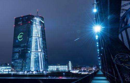 Präs. Mario Draghi hat eine Diskussion in der Notenbank (EZB in Frankfurt) über die Zukunft der Ankäufe in Aussicht gestellt. Foto: DPA