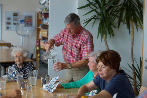 Rosita (l.) sowie Horst und seine Frau Katharina kommen seit Jahren ins Café Herbstlicht. Foto: VN/Paulitsch