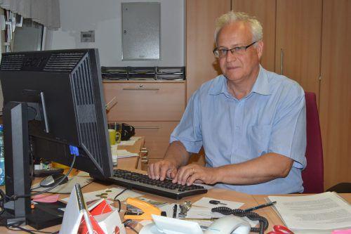 Schulschluss ist für Heinz Tinkhauser alljährlich eine hektische Zeit. Heute darf er sich aber über seine Pensionierung freuen.Foto: em