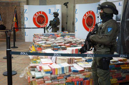 Schwer bewaffnete Spezialkräfte des Zolls bewachten das Rauschgift während der Pressekonferenz. Foto: afp