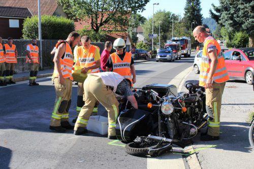 Schwere Verletzungen erlitt der Fahrer dieses Motorrads mit Beiwagen bei der Kollision mit einem Pkw. Foto: Feuerwehr Wolfurt/Hörtner