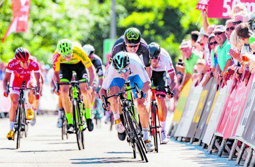 Sep Vanmarcke und Jason Lowndes haben gegen Bahn-Olympiasieger Elia Viviani im Sprint in Altheim das Nachsehen.Foto: apa