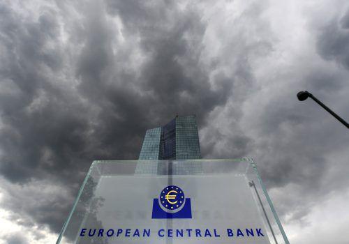 Sparer-Himmel weiter bewölkt: Europas Währungshüter hielten bei EZB-Sitzung in Frankfurt trotz wachsender Kritik an ihrem Kurs fest. Foto: DPA