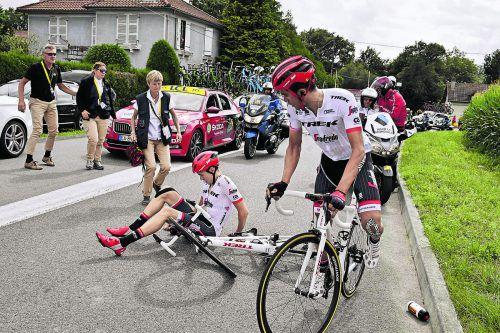 Sturz beim Team Trek: Michael Gogl liegt am Boden, sein Chef Alberto Contador macht sich wieder auf den Weg.Foto: apa