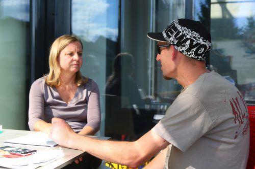 Thomas mit Cornelia Matt, Leiterin des Kaplan-Bonetti-Hauses. Es ist ein letztes Auffangbecken für Menschen in Notsituationen. Foto: VN/ Bernd Hofmeister