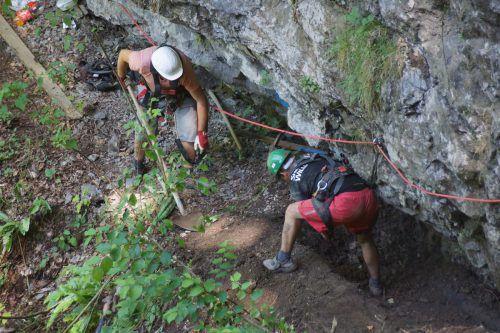 Verlegung neuer Leitungen durchs Rappenloch: gefährliche Arbeiten in schwindelnder Höhe.Foto: Wasserwerk