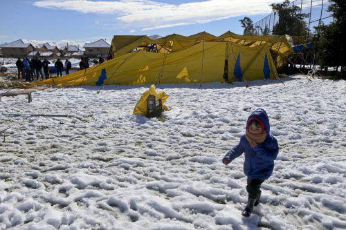 Viele Kinder genossen das ungewöhnliche Wetter, sie lieferten sich Schneeballschlachten oder bauten Schneemänner. Foto: AP