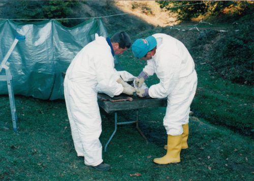 Werner Pichler (l.) untersucht menschliche Überreste aus einem Massengrab im Kosovo. Foto: KFor