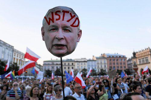 Zahlreiche Polen protestierten gegen Kaczynskis Pläne. reuters