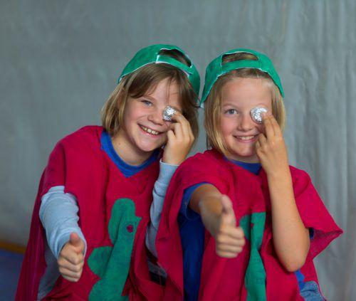 Zwei Daumen nach oben bekommt der Kostüm-Workshop von diesen kreativen Fröschen. Fotos: VN/Paulitsch