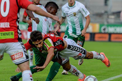 Zwei wichtige Protagonisten ihrer Klubs: Der Rieder Ilkay Durmus (vorne) gegen Austrias Jodel Dossou.Foto: gepa
