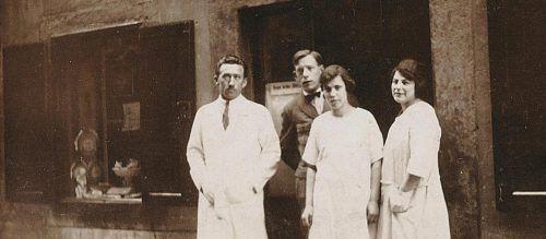 Alfons Loacker mit Mitarbeitern vor der Urzelle des Unternehmens in Bozen. Foto:LAG