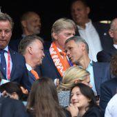 """<p class=""""caption"""">Auch Hollands Fußballgrößen wie Louis van Gaal (l.) und Marco van Basten ließen sich das Finale der Frauen-EM nicht entgehen.reuters</p>"""