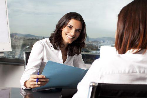 Wer sich im Sommer bewirbt, hat oft den Vorteil, dass die Personalverantwortlichen mehr Zeit zum Studieren der Unterlagen und das Bewerbungsgespräch haben.