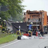 Müllwagen stürzt auf Auto und tötet Familie