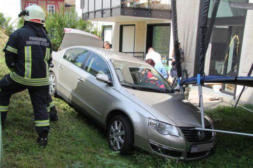 Das Auto des 76-Jährigen kollidierte im Garten schlussendlich auch noch mit einem Trampolin. Foto: vol.at/Rauch